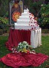 Torta nuziale multipiano su base quadrata