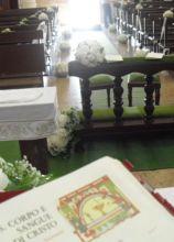 Addobbi floreali bianchi a sfera per la cerimonia