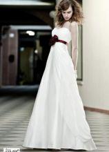 Vestito da sposa con rosa rossa in vita