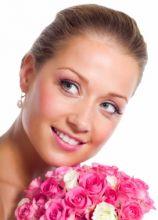 Capelli raccolti all'indietro e trucco rosa pastello per il matrimonio