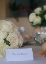 Fiori e segnatavolo per il ricevimento di nozze