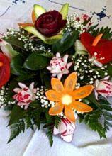 Centrotavola realizzato con fiori e frutta