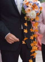 Il bouquet della sposa di rose inglesi e cascata di orchidee Vanda