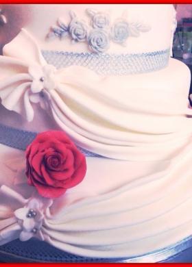 Particolare decorazioni drappeggiate per la wedding cake