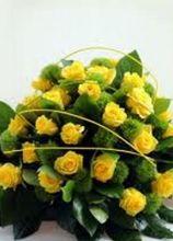 Centrotavola di rose gialle per il matrimonio