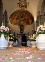 Allestimento floreale in rosa per la cerimonia di nozze
