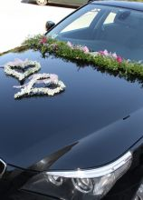 Addobbo floreale a cuore per la macchina da cerimonia a Brindisi