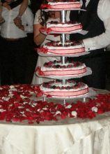 La torta nuziale ricoperta di petali rossi
