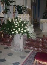 Rose, nebbiolina e tulle per le decorazioni in chiesa
