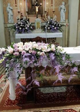 Allestimento floreale chiesa bianco lilla - Fioreria Gabriella