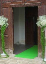 Alzate di fiori a sfera per la chiesa