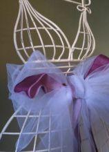 Originale allestimento di matrimonio con fiocco in tulle