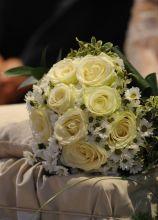 Il bouquet della sposa di rose e margherite