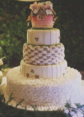 Torta nuziale originale con dettagli rosa
