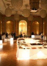 Allestimento del buffet di nozze su un tavolo luminoso