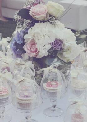 Piccole wedding cake per il tavolo dei dolci