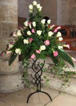 Addobbi floreali per la cerimonia nuziale su supporto di fetto battuto