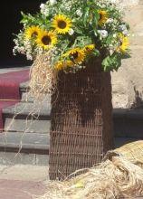 Composizione di girasoli all'uscita della chiesa per il matrimonio