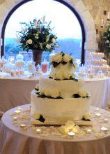 La torta nuziale multipiano bianca