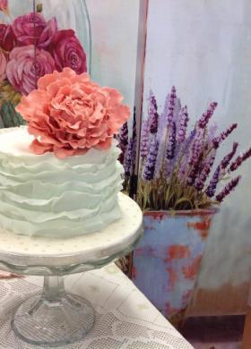 Ruffle cake bianca con fiore rosa