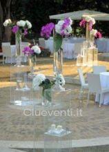 Arredi trasparenti con alzate di fiori