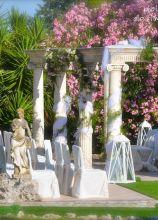 Addobbo della cerimonia in un giardino romano