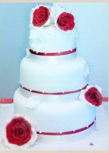 Wedding cake con rose rosse applicate