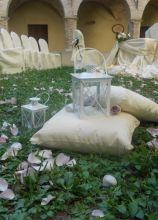 Allestimento con cuscini e lanterne per il matrimonio