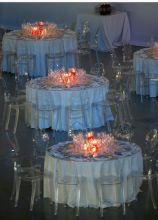 Allestimento dei tavoli per il ricevimento di matrimonio