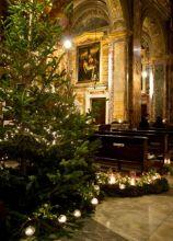 Allestimento della chiesa con albero di Natale