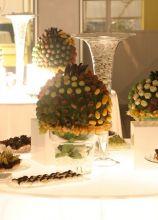 Allestimento del tavolo dei confetti e dei dolci