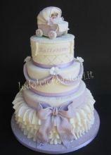 Torta per festeggiare il battesino con cake topper a forma di carrozzina