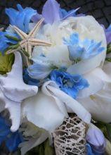 Bouquet di fiori e conchiglie per la sposa