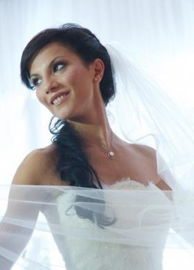 Acconciatura e trucco per un set di abiti da sposa