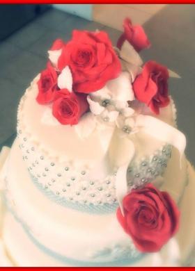 Decorazione di rose e perle per la torta nuziale