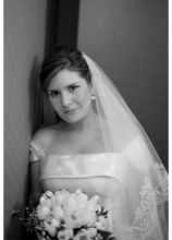 La sposa con il bouquet di tulipani bianchi