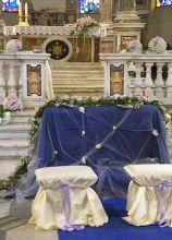 Allestimento in blu della seduta degli sposi