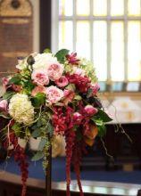 Allestimento floreale in chiesa con ortensie, rose inglesi e orchidee