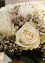 Il bouquet della sposa di rose bianche
