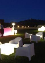 Arredamenti luminosi per un matrimonio in giardino