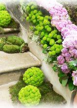 Allestimento floreale rosa e verde per la location di nozze