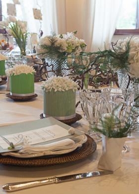 Matrimonio eco chic con rami di nocciolo e tulipani