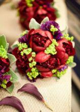 Allestimento floreale con peonie, lathyruse e alchemilla
