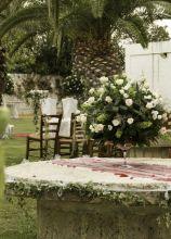 Centrotavola per il matrimonio con alzata di fiori