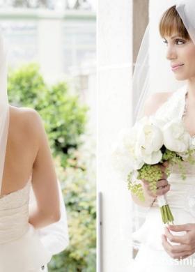 Capelli raccolti con fiore per la sposa