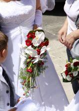 Bouquet a cascata con fiori rossi per la sposa