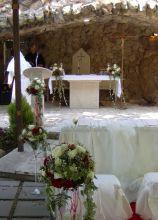 Fiori e addobbi per una cerimonia in una grotta