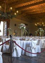 Alzate di rose per l'allestimento dei tavoli per il matrimonio