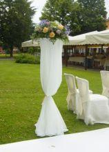 Allestimento con grandi vasi per la cerimonia nuziale in giardino