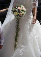 Bouquet a cascata di rose bianche e rosa per la sposa
